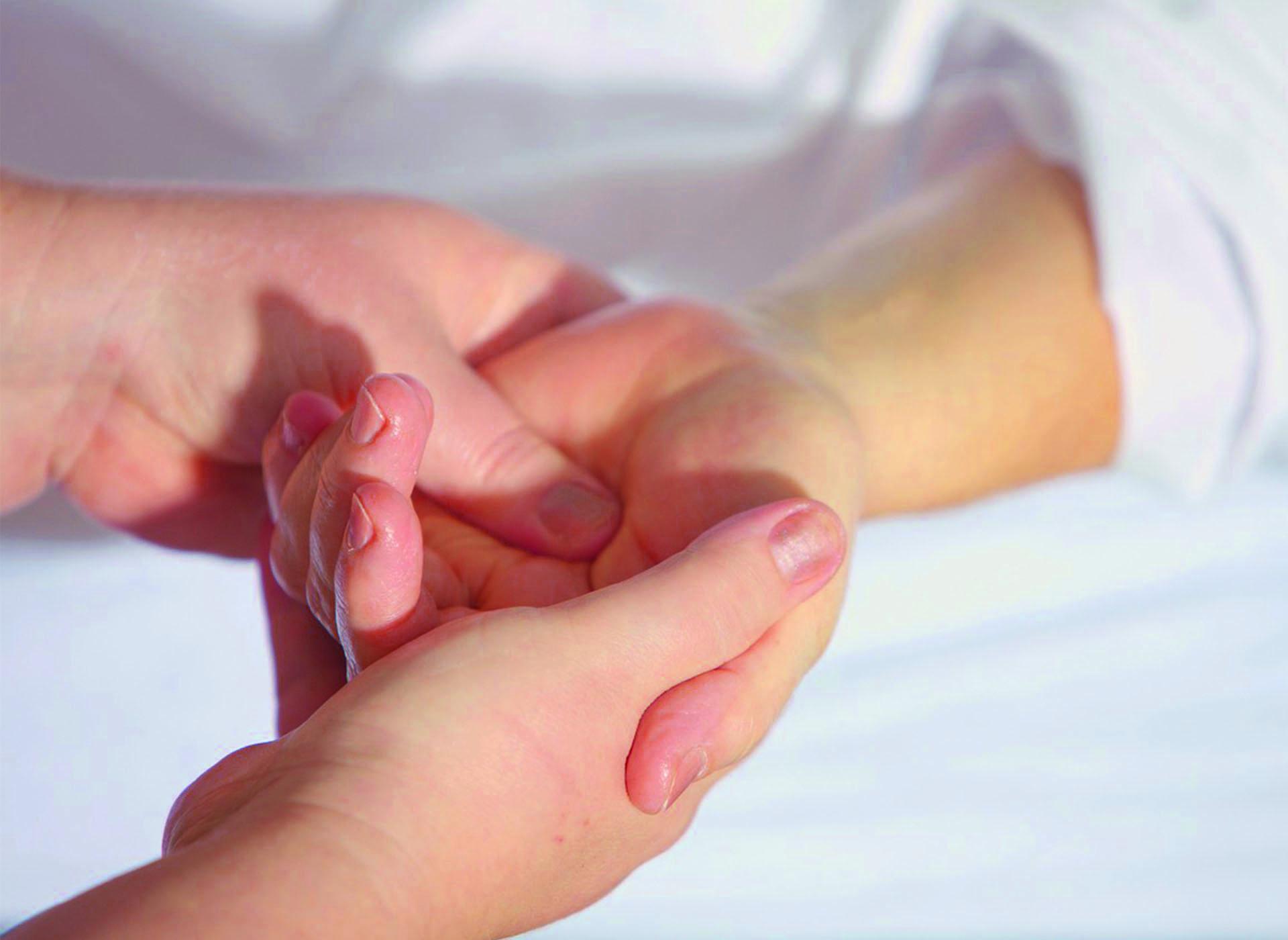 Basische kruidenstempel massage